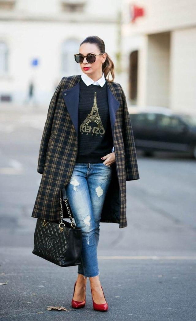 Серое пальто в клетку с джинсами