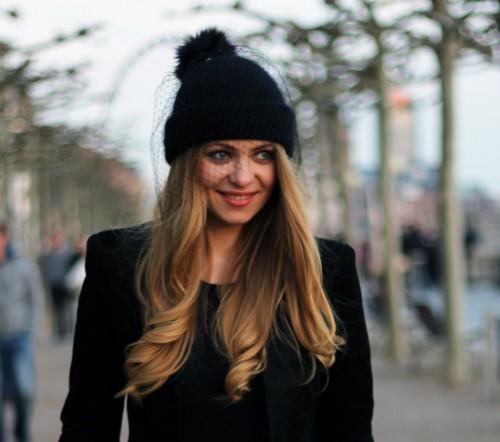 Модная черная шапка