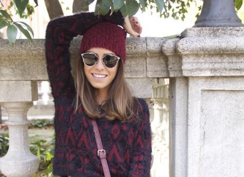 Модная бордовая шапка