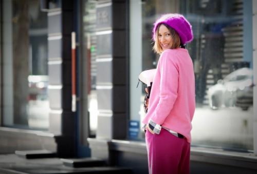 На фото: модная розовая шапка