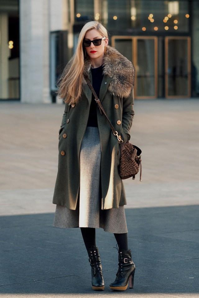 Модное пальто серого цвета с меховым воротником