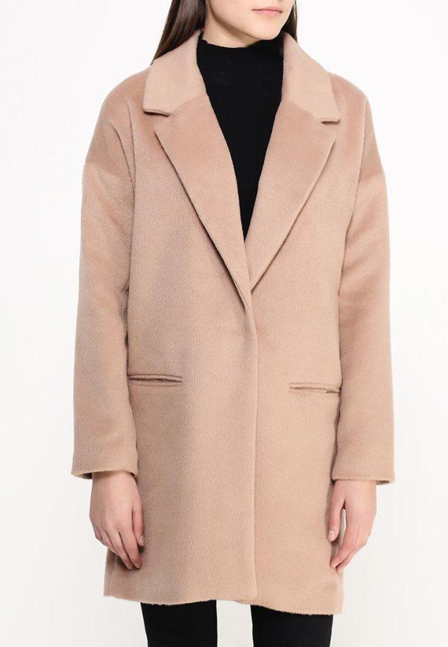 Бежевое классическое пальто оверсайз QED London, средняя цена 4530 руб