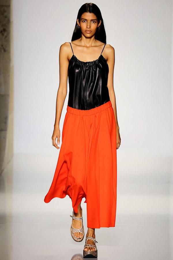 Фото новинка: оранжевые свободные брюки, коллекция Victoria-Beckham весна лето 2016