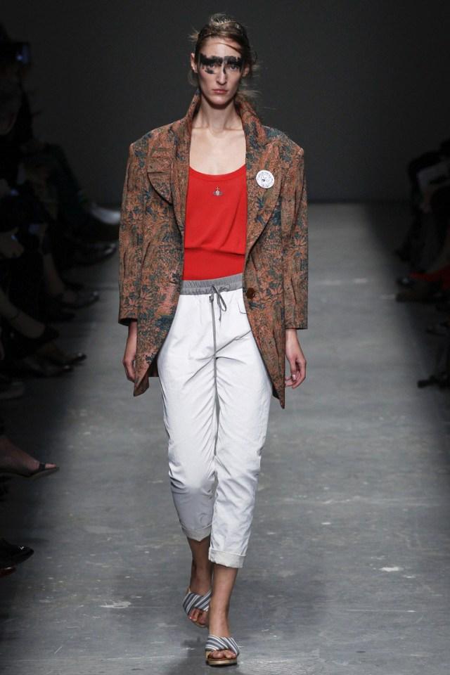 А как Вам сочетание спортивных модных брюк с пиджаком? Это все сезон весна-лето 2016 со своими необычными идеями и образами. Держитесь, красотки, все еще только впереди.