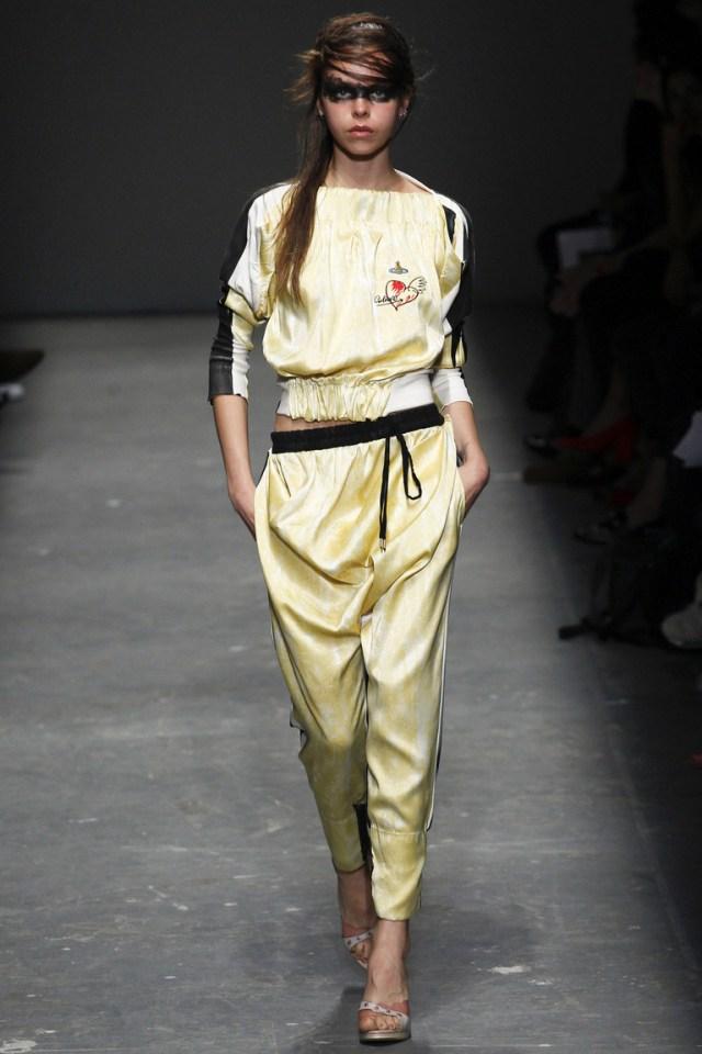 Модные весенне-летние брюки 2016 – нежная модель и утонченный образ в коллекции Vivienne Westwood