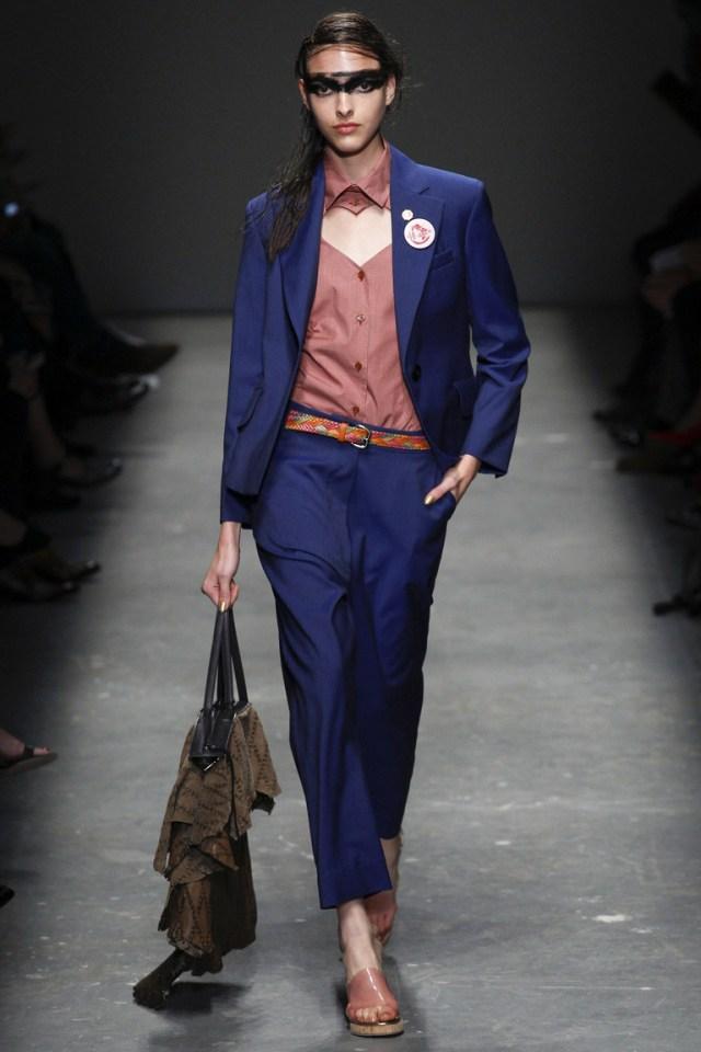 Новый формат классики брюк в сезоне весна-лето 2016 – синий цвет, свободная укороченная модель – коллекция Vivienne Westwood