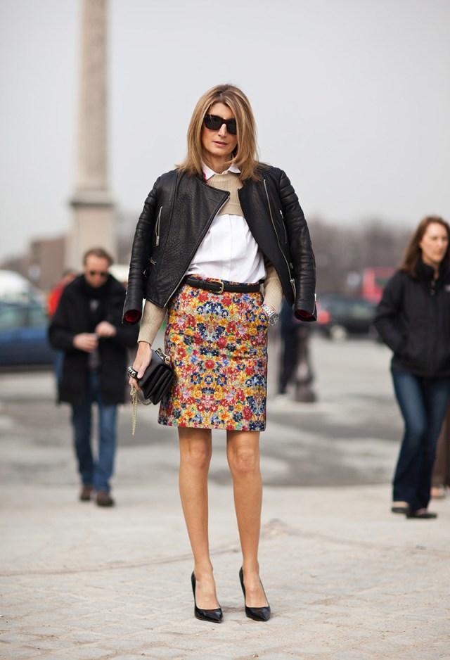 Куртка косуха с белой рубашкой и цветной юбкой - фото новинки и тренды сезона
