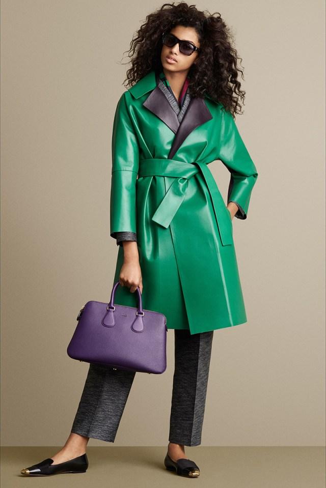 Яркая модель модного кожаного пальто – оригинальный зеленый цвет