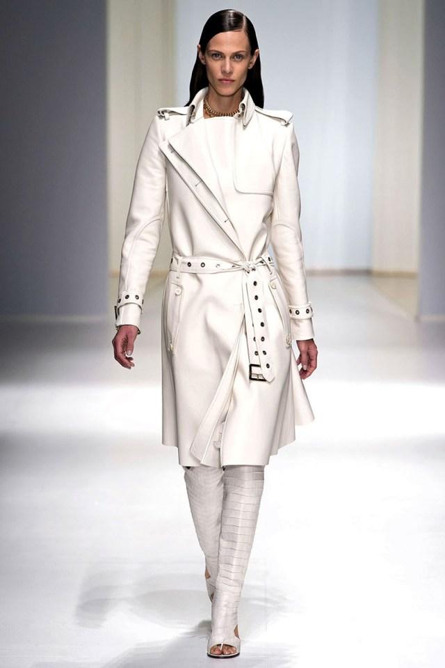 Белое кожаное пальто с поясом - фото новинки и тренды сезона