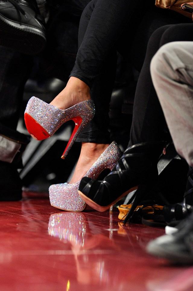 Фото: шикарные туфли с красной подошвой, щедро усыпанные стразами