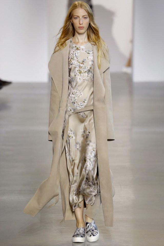 Мода весны 2016 плащ -халат из коллекции Calvin Klein.