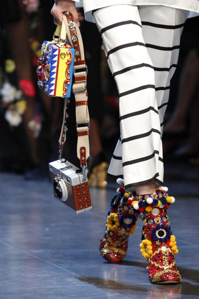 В сезоне весна 2016 прекрасно дополнят любой тип обуви иукрашенной ярким дизайном в стиле мексиканских мотивов из коллекции Dolce & Gabbana