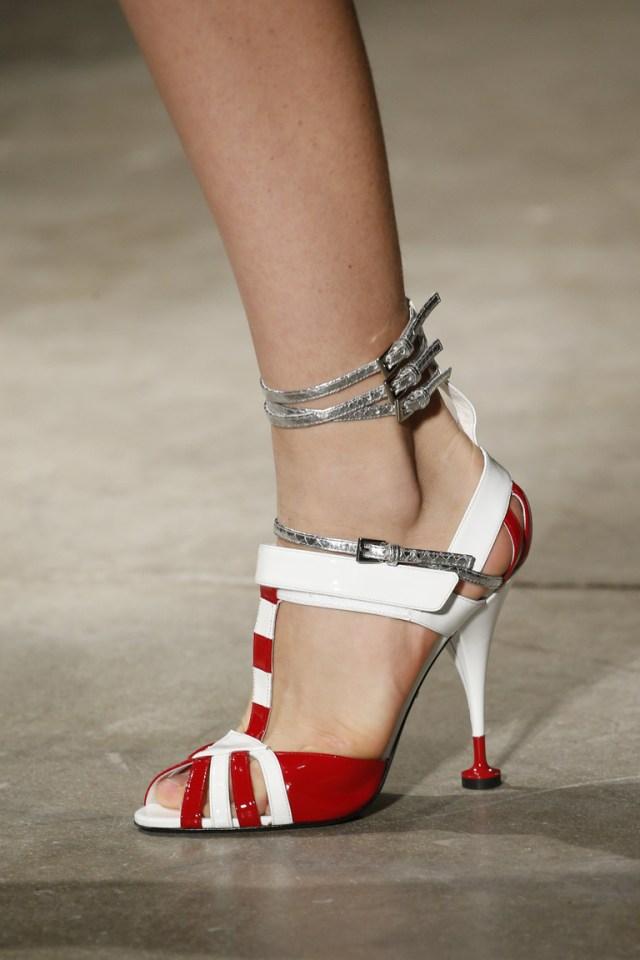 Модная обувь сезона весна 2016 с необычной формой каблука и ремешками в области лодышек из коллекции Prada