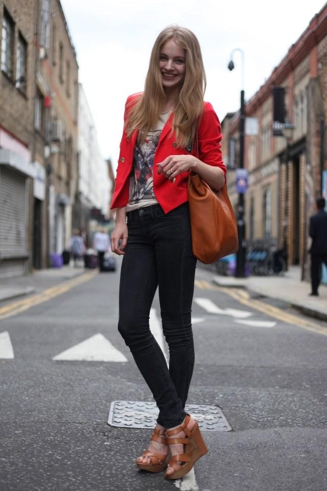 С чем носить красный цвет? Присмотритесь к сочетанию красного и серого цвета в одежде.