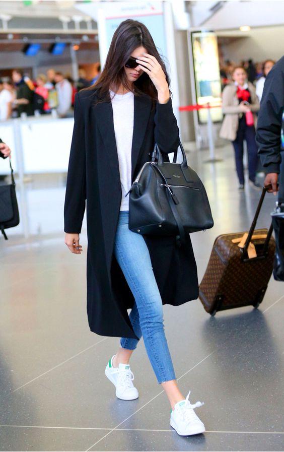 Длинное пальто весной 2016 интереснее всего сочетать с джинсами и кроссовками