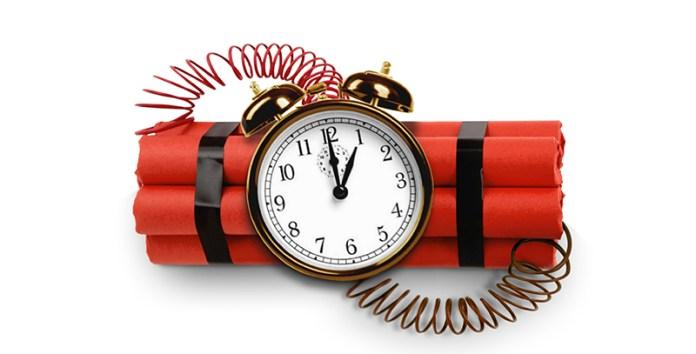 Всем офисным работникам, которые вынуждены просыпаться рано, можно подарить на 1 апреля смешные часы.