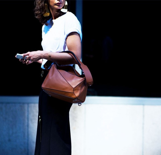 7-handbags-carried-by-the-worlds-most-powerful-women-1175437.640x0c
