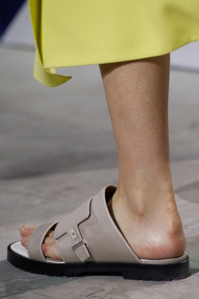 Модная обувь весна-лето 2016 - сандалии на тонкой подошве из коллекции BOSS Hugo Boss.