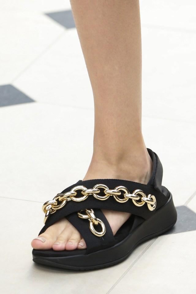 Модные туфли весна-лето 2016 - удобные босоножки из коллекции Burberry.