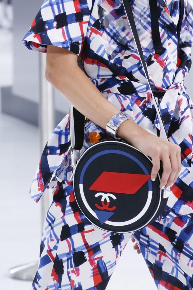 Модные сумки весна – лето 2016 - маленькая круглая сумка из коллекции Chanel.