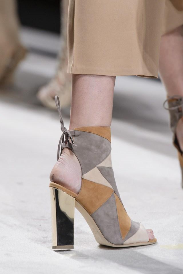 Модная обувь весна-лето 2016: ботильоны со шнуровкой и открытым носом и пяткой из коллкции Elisabetta Franchi.