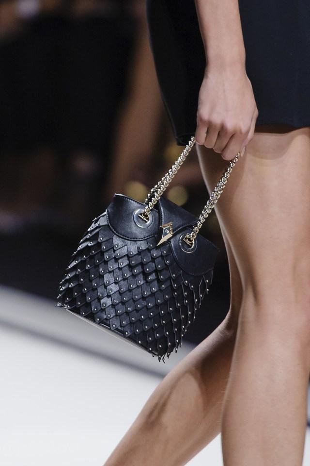Модные сумки весна – лето 2016 - черного сумка из коллекции Elisabetta Franchi.