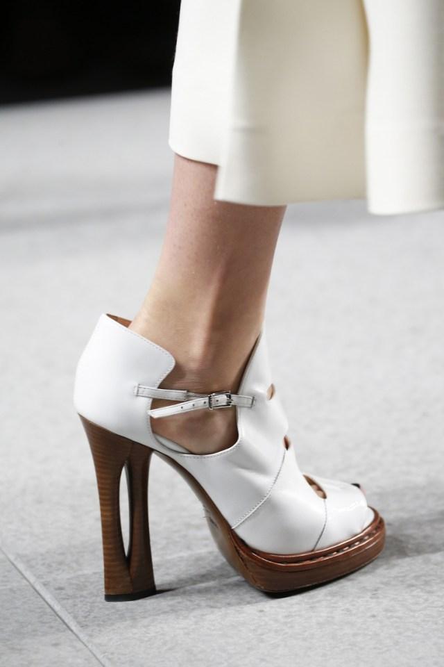 Модные туфли весна-лето 2016 - белые туфли на необычном каблуке из коллекции Fendi.