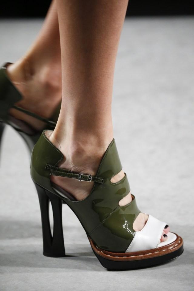 Модная обувь весна-лето 2016 - босоножки на каблуке с вертикальной прорезью из коллекции Fendi.