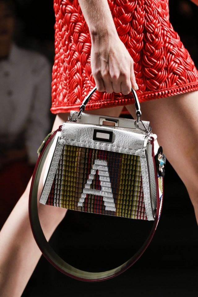 Модные сумки весна – лето 2016 - сумка оригинальной формы из коллекции Fendi.