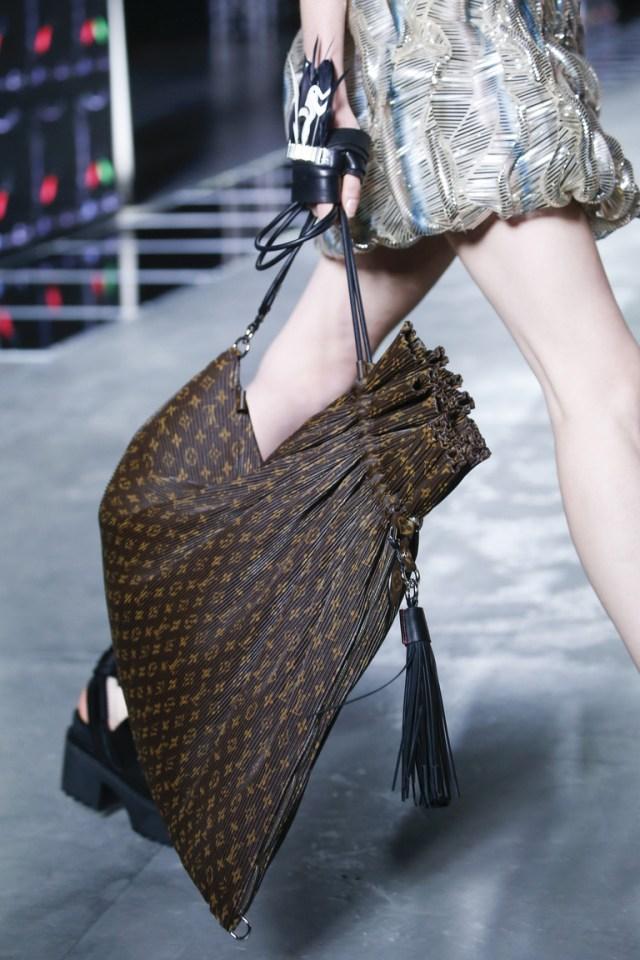 Модные сумки весна – лето 2016 типа оверсайсз из коллекции Louis Vuitton.