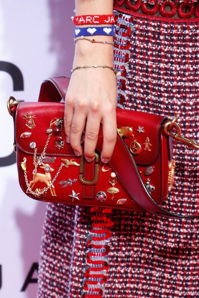Модные сумки весна – лето 2016 красная сумка из коллекции Marc Jacobs.