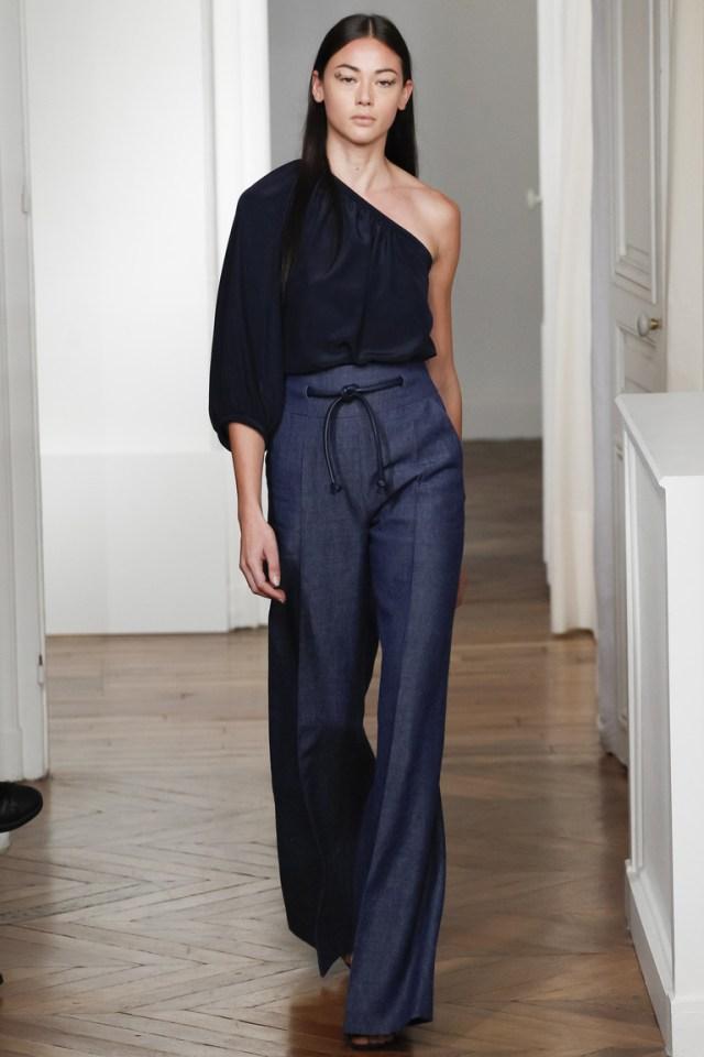 Монохромные наряды - черная блузка и темно серые брюки из коллекции Martin Grant.