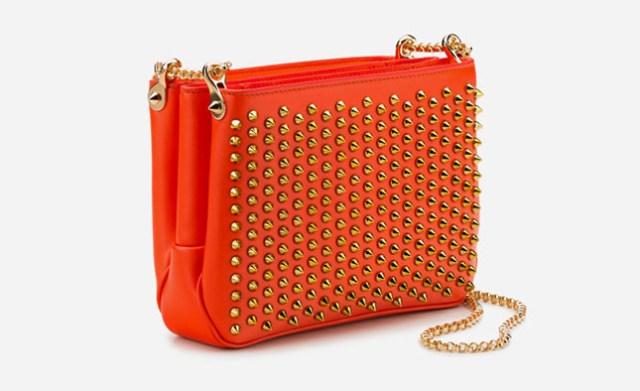 Новая коллекция сумок от Кристиан Лабутен - красная сумка на цепочке и с металлическими шипами.