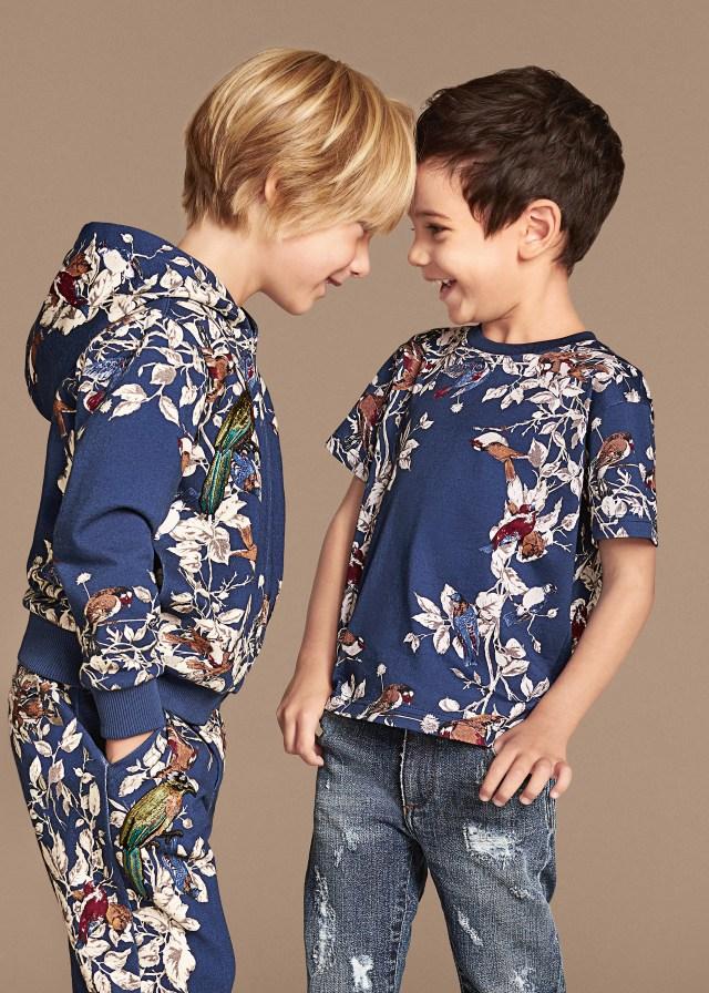 Новая коллекция для детей 2016 - разноцветная футболка с джинсами и разноцветный костюм.