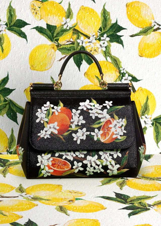 Яркая черная сумка с апельсинами.