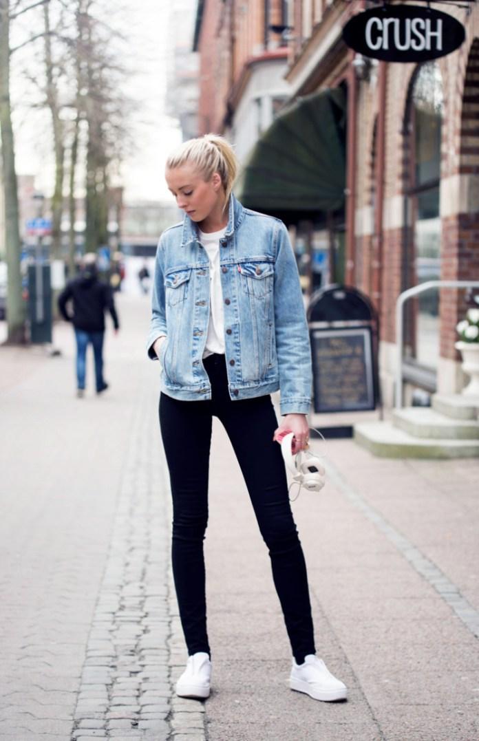 Стиль 90-х: джинсовая куртка с белой футболкой