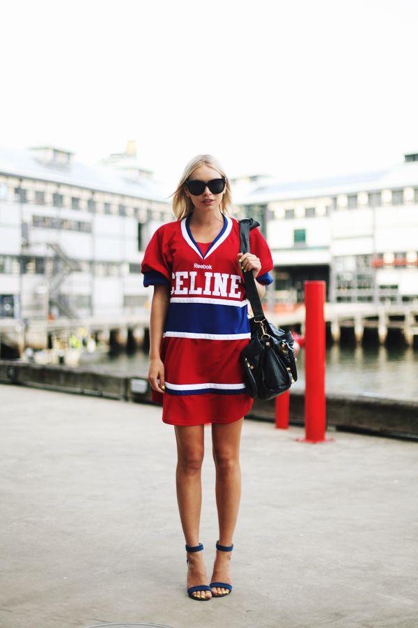 Спортивные платья-рубашки многоцветное, со спортивной атрибутикой платье.
