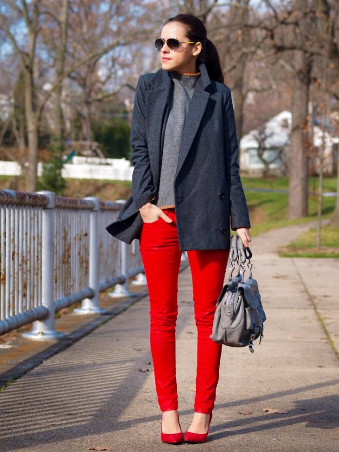 Красные джинсы с темно серым пиджаком длиной до бедра.
