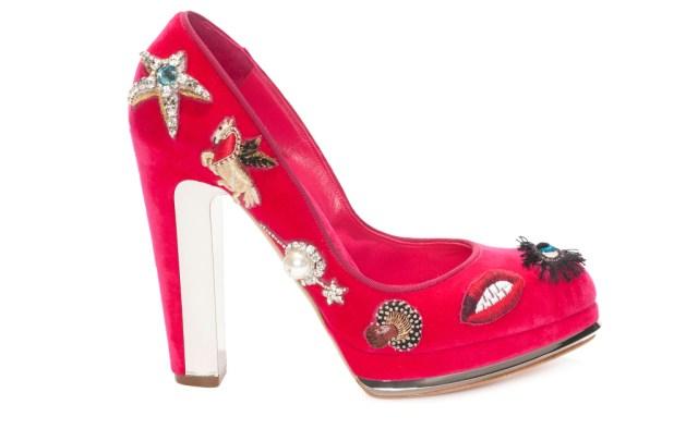 Новые тренды туфли необычной яркой расцветки, украшенные аппликациями, бисером и жемчугом из коллекции McQueen
