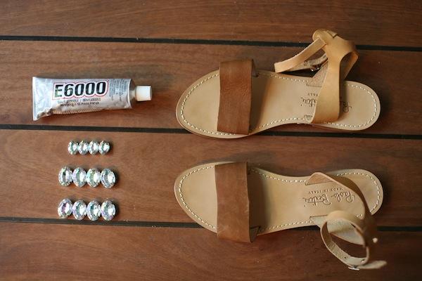 Клей и камни необходимы для украшения сандалий.