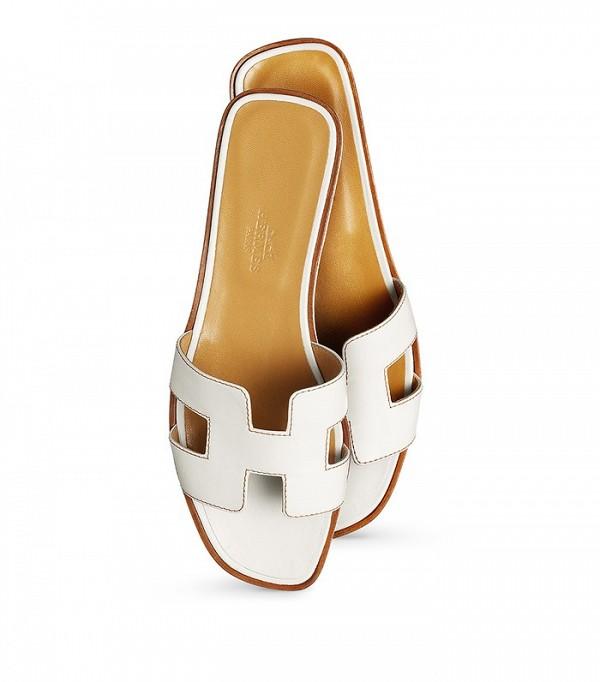 На фото: сандалии-сланцы от Hermes