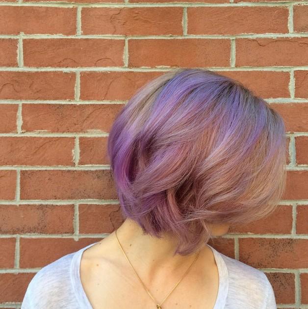 Новый тренд в окрашивании - стрижка пикси в пурпурных оттенках .