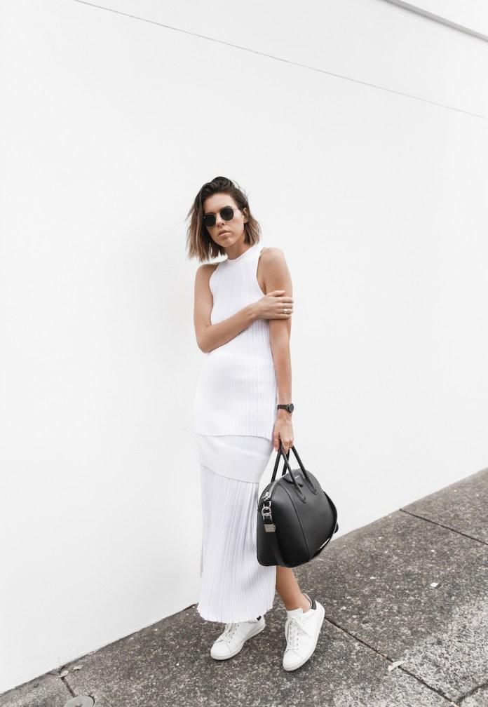Универсальный белый цвет - белое платье и туфли дополнены черной сумкой.