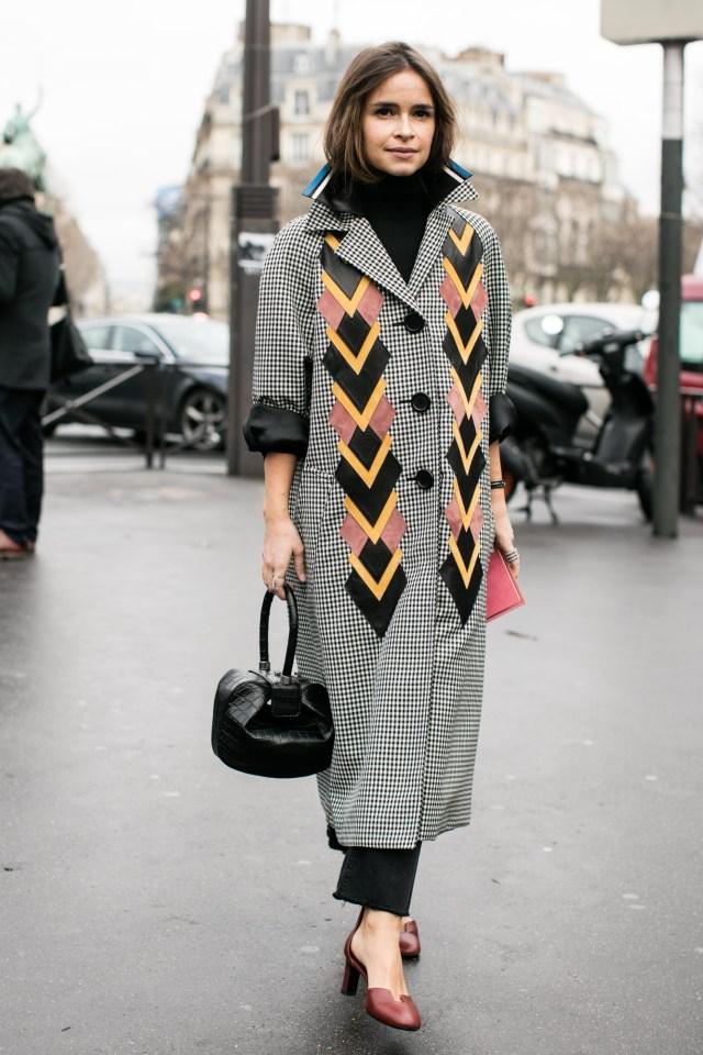Клетчатое пальто макси с геометрическими вставками.