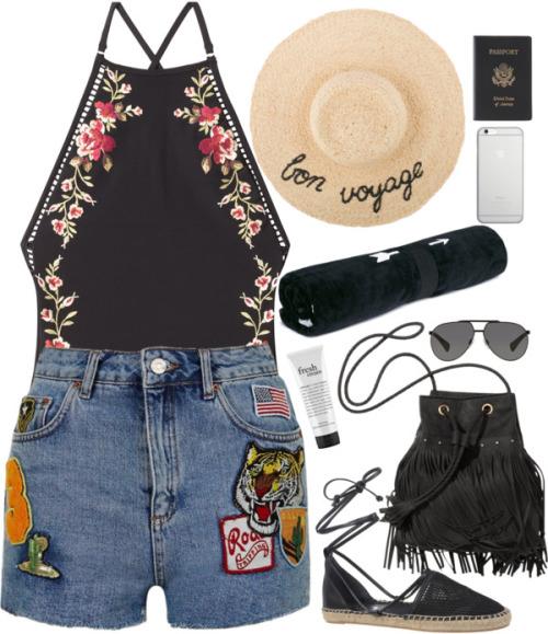На фото: джинсовые шорты с яркой аппликацией и с майкой яркой аппикацией, с мягкой замшевой сумкой и соломенной шляпкой.