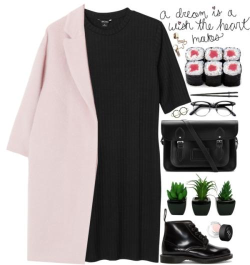 Черное платье с розовым жакетом.
