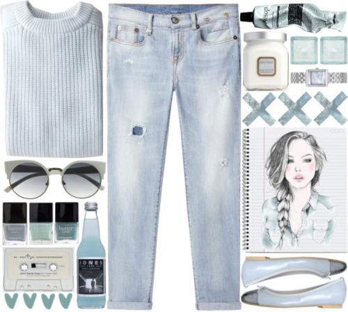 Выбеленные джинсы и с таким же по цвету свитером и удобные туфли балетки.