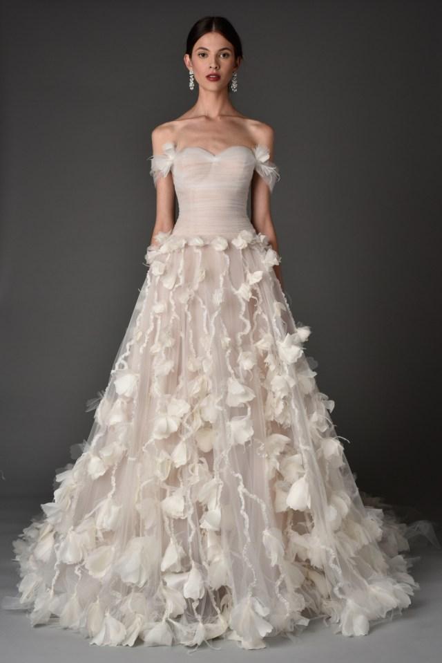 Свадебное нежно кремовое платье с цветочной аппликацией из коллекции Marchesa.