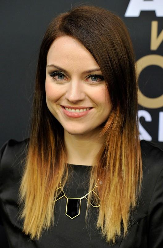 На фото: темно коричневый аттенок волос красиво сливается со светлыми концами прядей.