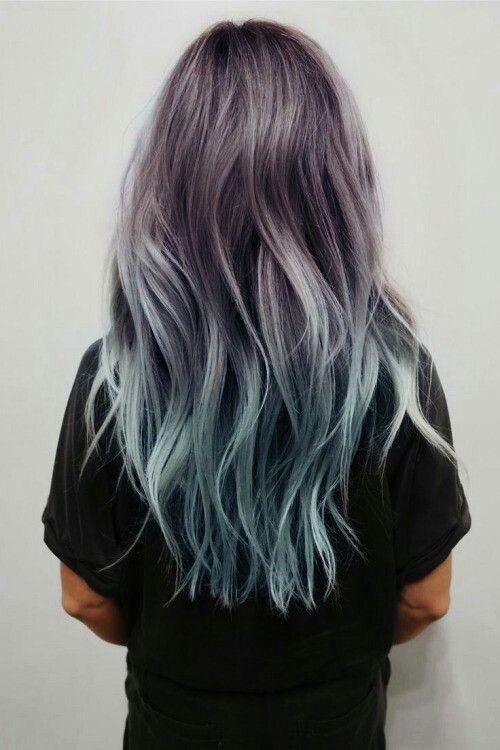 На фото: пепельный оттенок волос красиво сливается с ярко голубыми концами прядей.